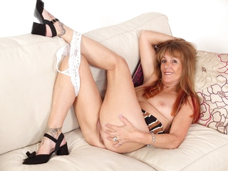 Over 60 gilf Pandora dildo fucks her well used cunny